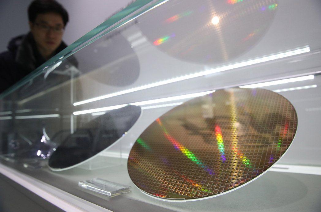 目前台灣各大電子產業均看好碳化矽及氮化鎵商機,國內已有多家廠商大舉投資製程開發,並準備投產,從檢測、蝕刻、封裝已逐漸到位。示意圖。 圖/歐新社