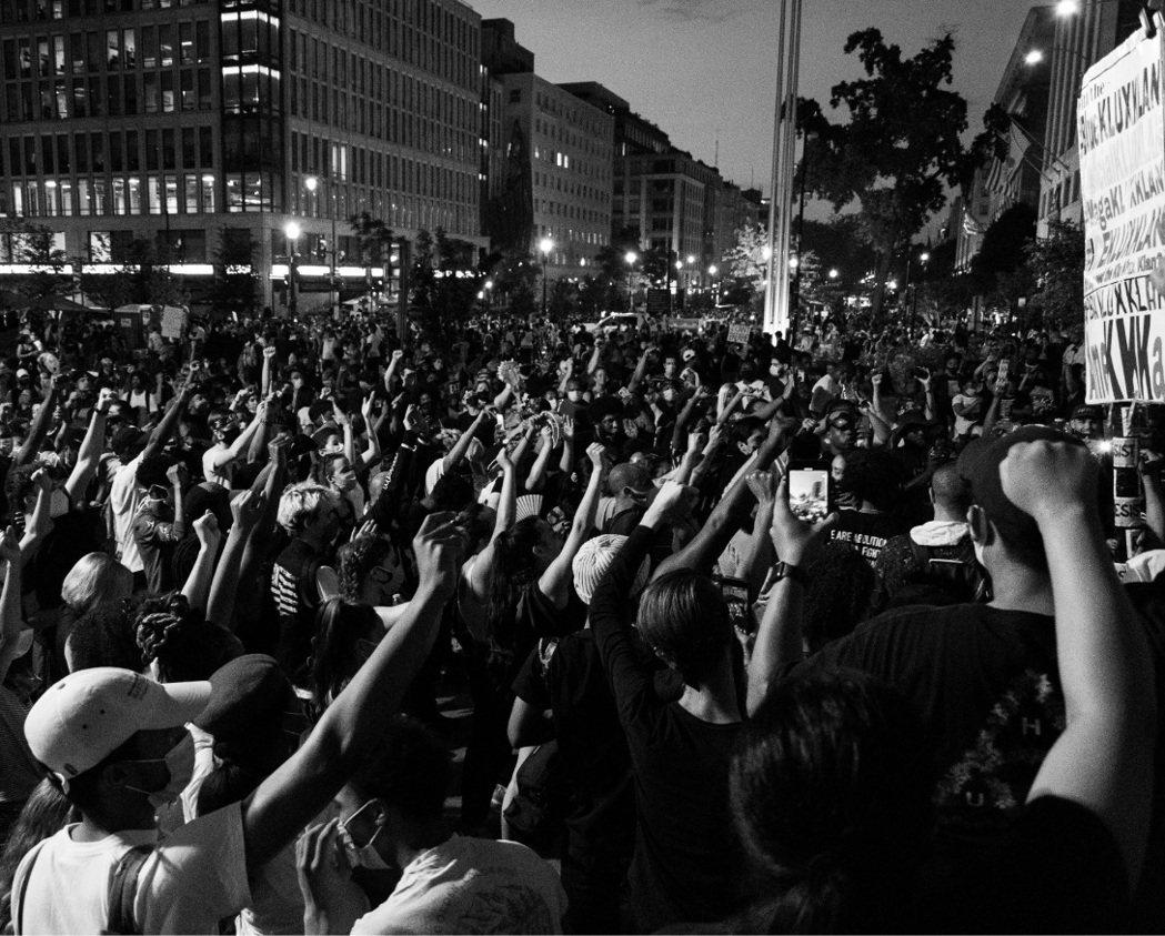 美國非裔男子弗洛伊德之死引發全美暴動,這可能是「2020的轉淚點」。 圖/Uns...