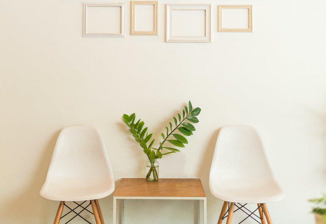 不妨使用盆栽、抱枕、裝飾畫等具有自我風格的小物堆疊品味細節。