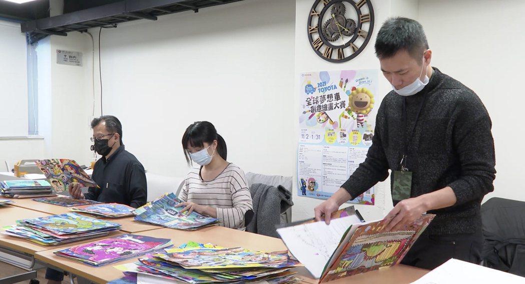 2021年夢想車全國大賽評審團隊, (左起)復興美工美工科主任簡志達、知名繪本作...