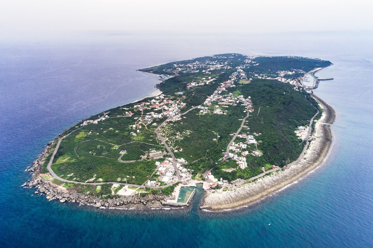 若想享有沿途碧海藍天,馳騁在山間、水邊的路線,可選擇小琉球的「環島路網系統」。 ...
