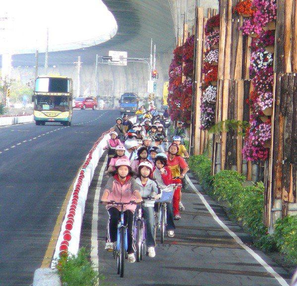 蘭花蕨鐵馬道全長7公里,夏日騎來暑氣全消,沿途還可以欣賞不同的園藝造景。 圖/翁...