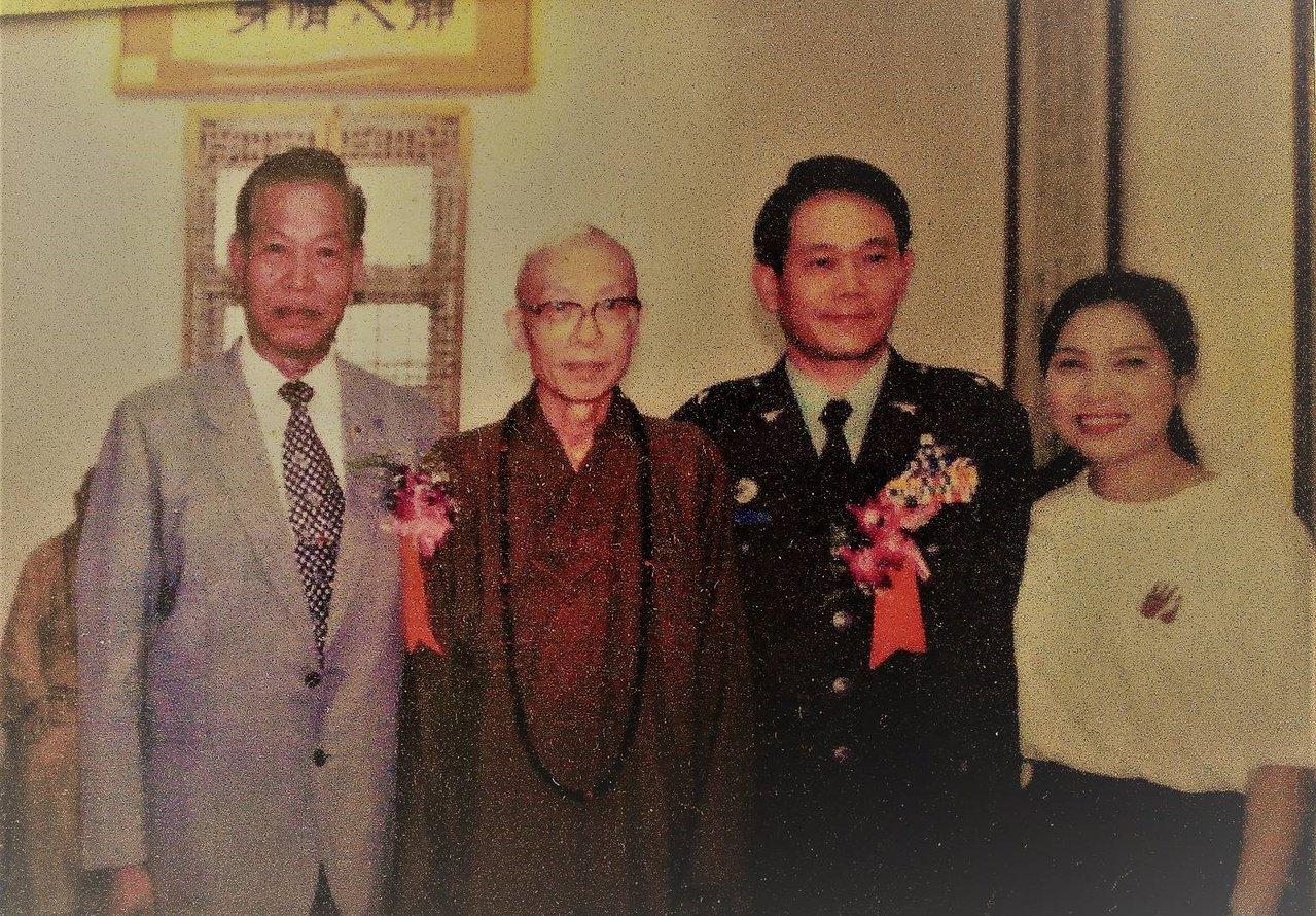 梁玉飛(右2)1999年參加齋明寺晉山典禮,和聖嚴法師(左2)合影。 圖/梁玉飛...