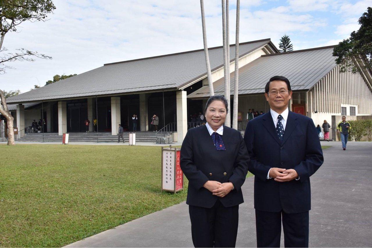 梁玉飛(右)除了當義工,還會在齋明寺擔任導覽員。 圖/梁玉飛提供
