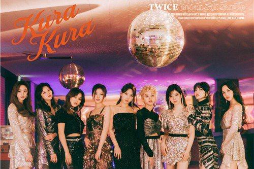 WICE公開了日本新單曲《Kura Kura》的封面照片,提高了國內外粉絲的期待。26日,TWICE在5月12日發行第八張日本單曲《Kura Kura》之前,通過官方SNS頻道公開了新專輯封面照。公...