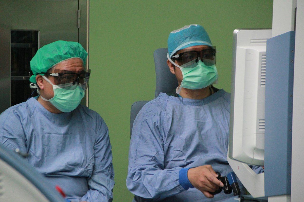 輔大醫院泌尿科主治醫師張孟霖(右)提醒,攝護腺癌早期無明顯症狀,只有頻尿、夜尿、...