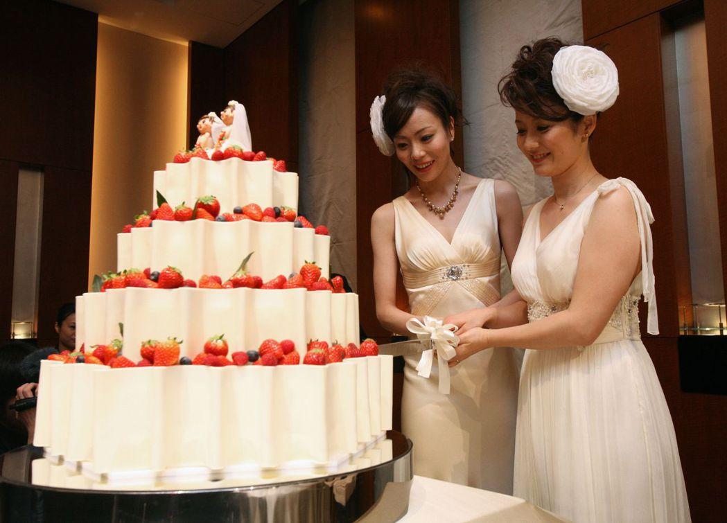 2013年,同志伴侶L與妻子Hiroko在自己的結婚典禮上切蛋糕。 圖/法新...