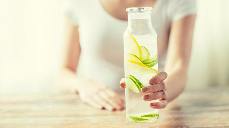 ▲喝不下水可加入水果片來幫助入口,但仍須避免含糖飲料。(圖/ingimage)