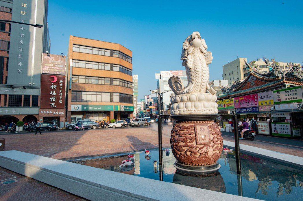 新竹市步行城市計畫,確實提升了城隍廟前廣場等人行空間的品質。 圖/新竹市政府