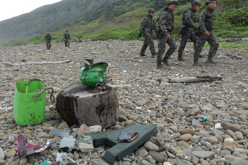 3月22日,兩架F-5E戰機疑似擦撞失事墜海,在屏東南仁漁港旁的沙灘發現大片飛機殘骸。 圖/聯合報系資料照