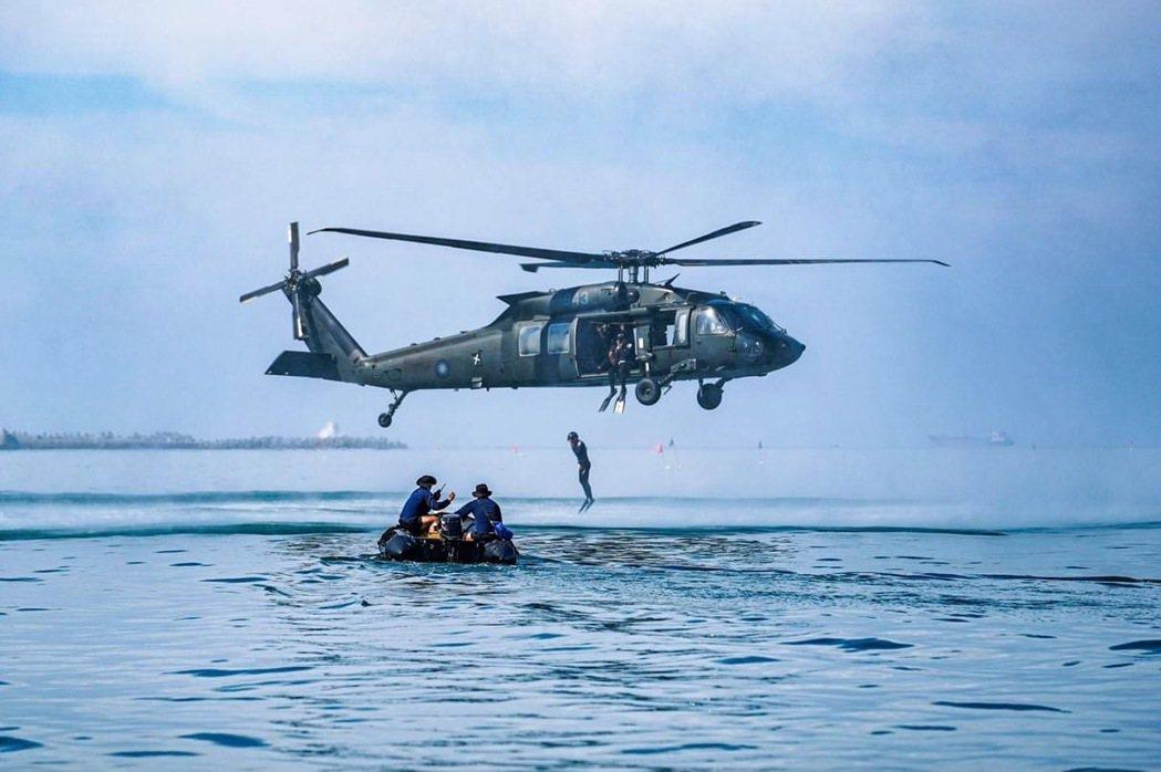 之前陸軍航空隊撥交UH-60M給空勤總隊作為搜救直升機。 圖/中華民國海軍