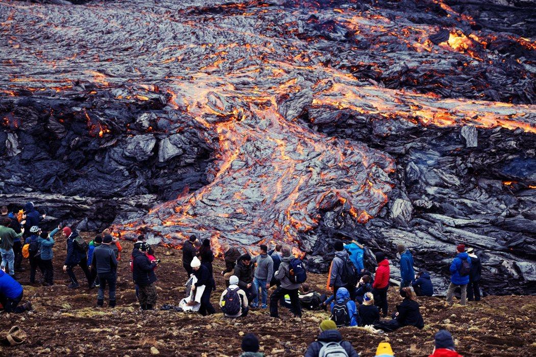 圖為觀賞火山熔岩的民眾。 圖/路透社