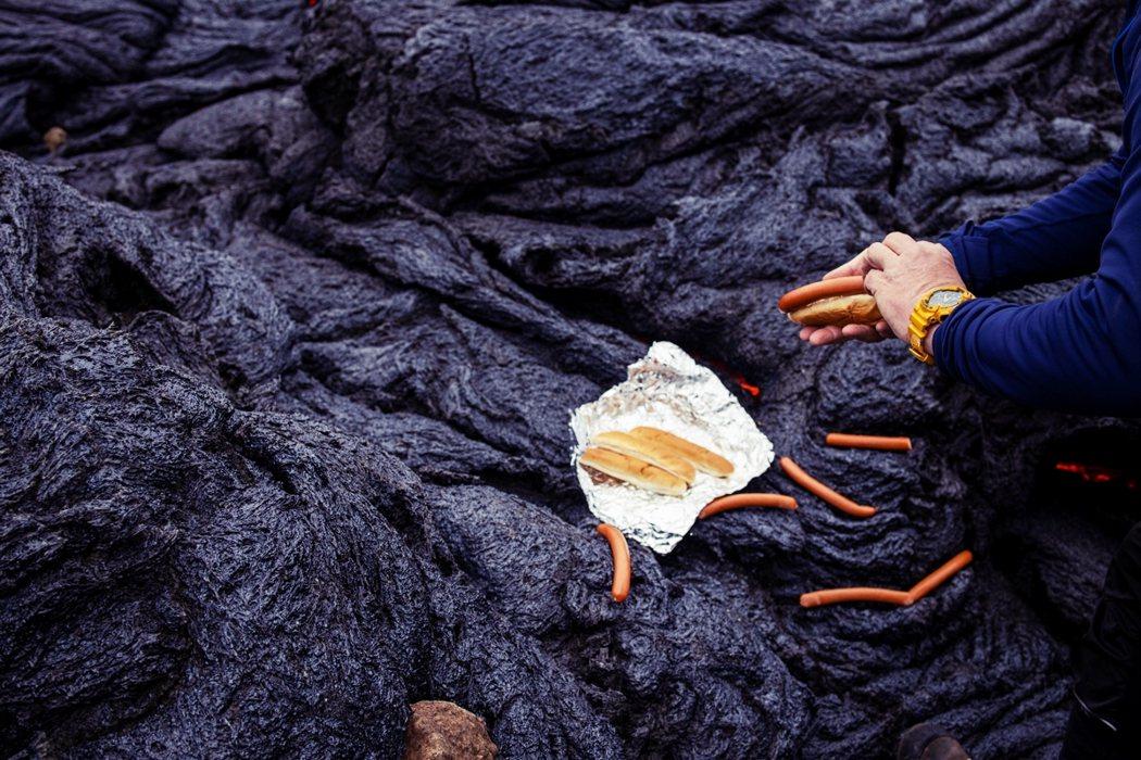 當地科學家將熱狗塞入尚未冷卻的火山熔岩中,利用岩漿的熱度來烤熱狗,再配上自己準備...
