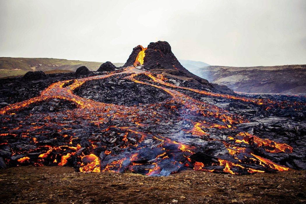 位於冰島雷克雅未克附近的法格拉達爾火山(Fagradalsfjall),在沉睡7...