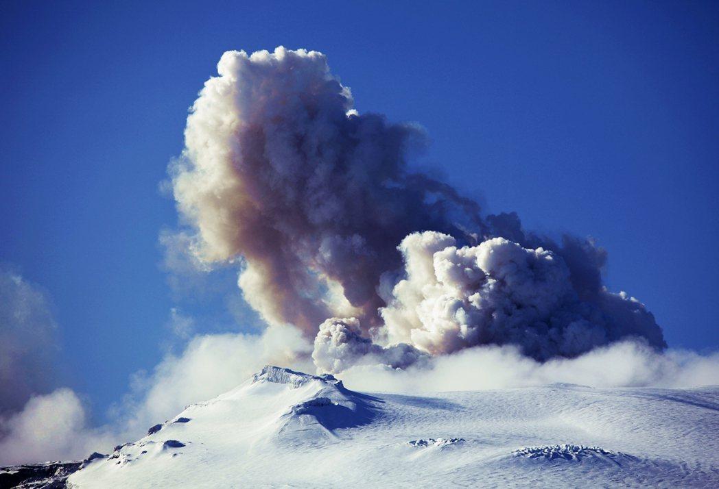 在2010年3至4月間,艾雅法拉冰蓋火山(Eyjafjallajökull)就曾...