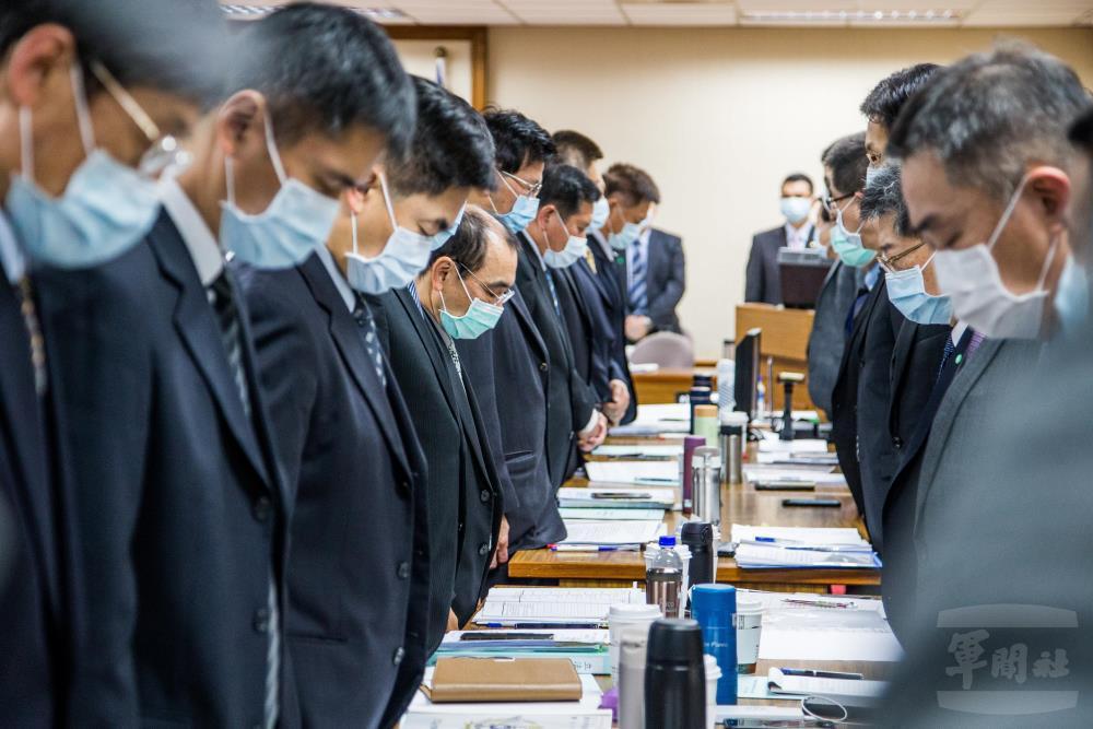 3月25日,立法委員與國防部官員起立,為殉職者默哀、為待援者祈福。 圖/軍聞社