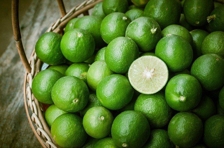 營養師盤點水果維他命C含量排行榜,其中檸檬只排行第20名。圖/ingimage