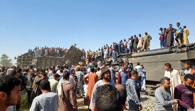 埃及南部26日發生火車相撞事故,已知造成32死60多人受傷。 歐新社
