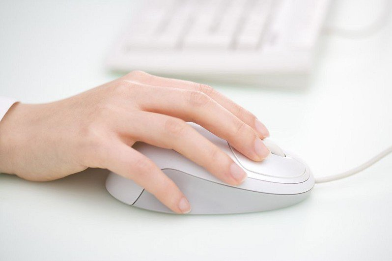 網友發現年輕人使用筆電不會加裝滑鼠。示意圖/ingimage