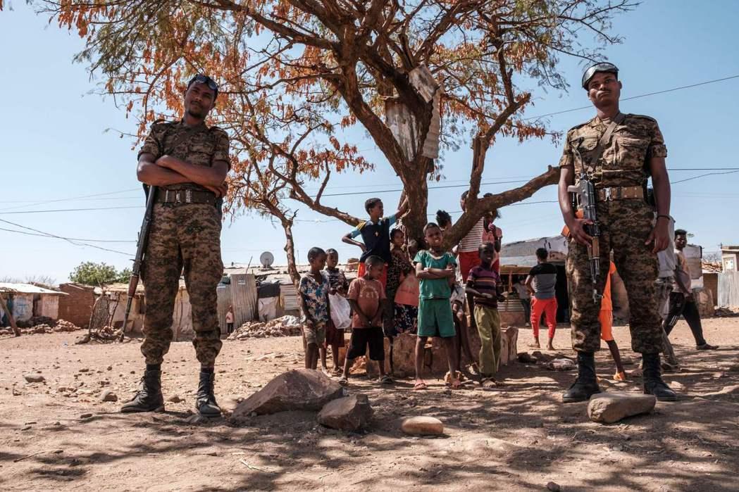 圖為今年1月在衣索比亞難民營前的軍人。  圖/法新社