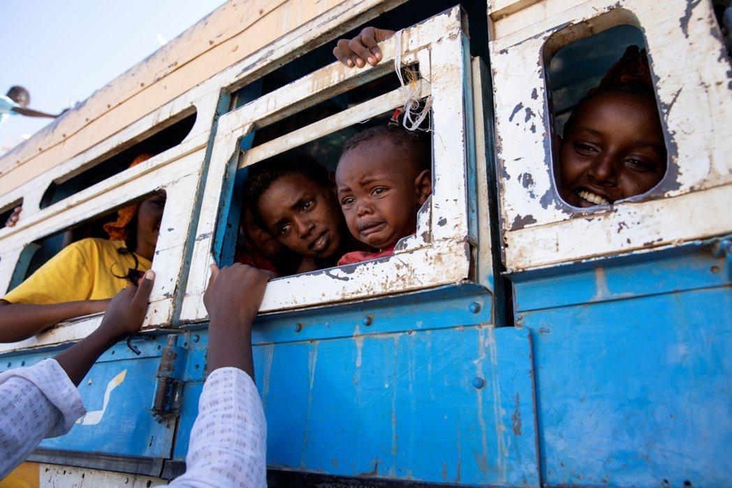 圖為去年12月正準備乘車逃亡到蘇蘇丹避難的提格雷人。  圖/美聯社