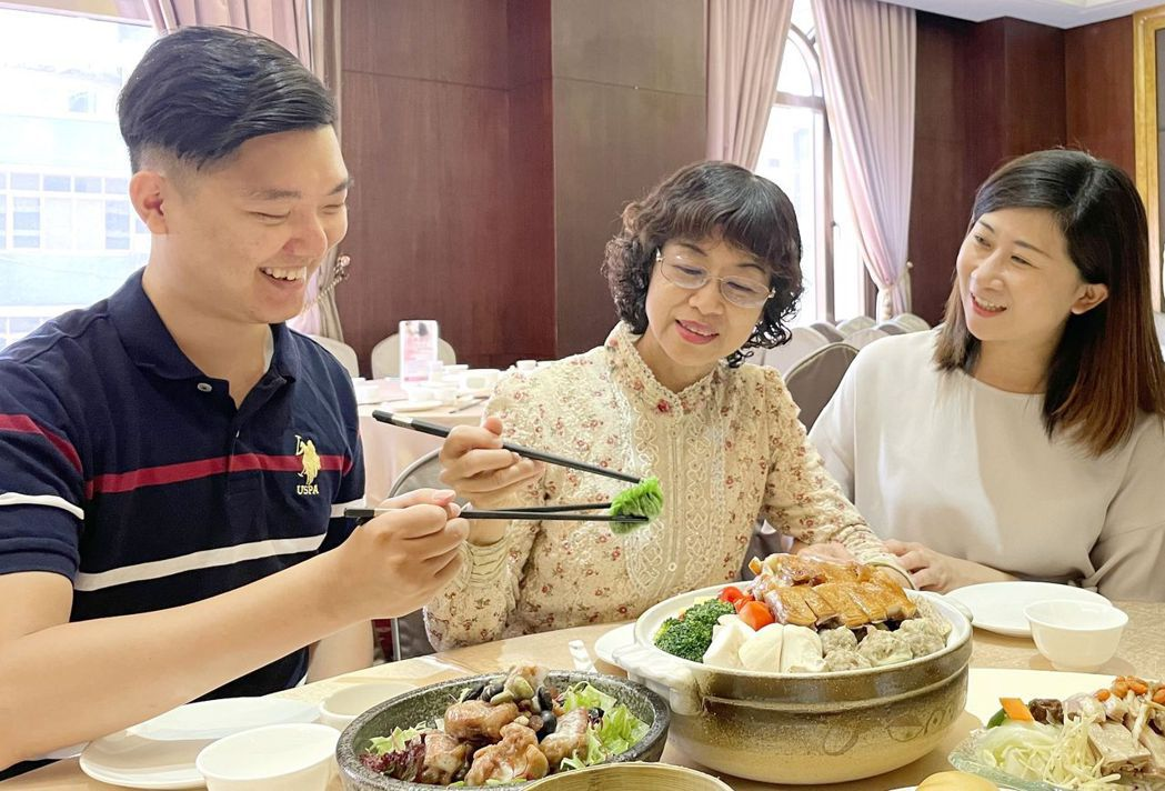 愛媽咪 母親節饗宴,桌菜外帶滿5,000元送500元 ,自助餐3人同行1位媽媽免...