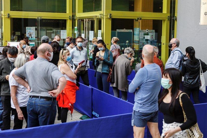 圖為香港民眾排隊等候接種新冠疫苗。路透