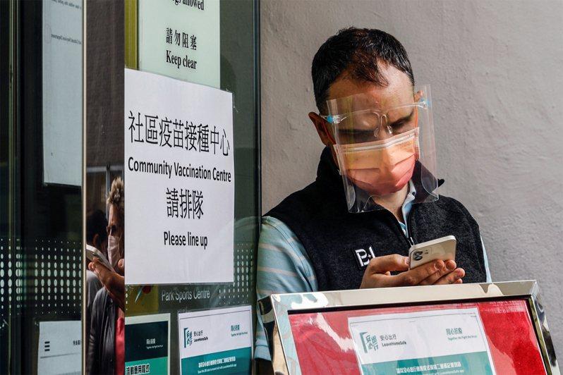 去年11月初香港爆發第四波疫情,目前已趨緩。路透