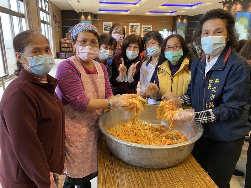 萬里區公所開設「泡菜達人」泡菜教學,希望透過簡單的泡菜教學,讓婆婆媽媽們也可以自己動手做,也幫助辛苦種菜的菜農。 圖/紅樹林有線電視提供