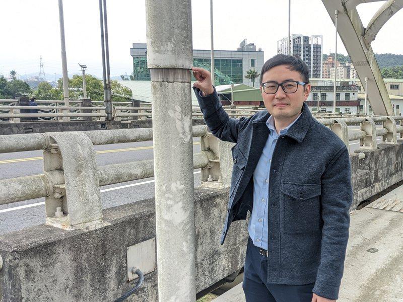 汐止區新江北橋的鋼索接縫似乎出現落差,市議員廖先翔邀請市府相關單位人員會勘,以保障安全。 圖/觀天下有線電視提供