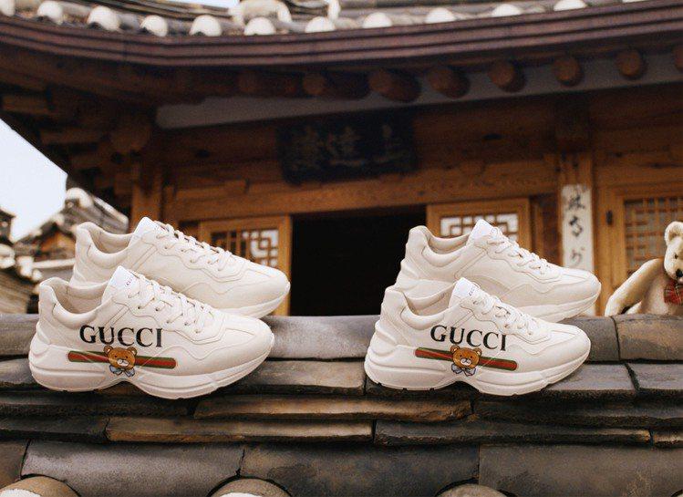 在形象廣告中,韓國傳統建築與此系列商品搭配起來也格外適合,呈現新舊融合、時代感與...