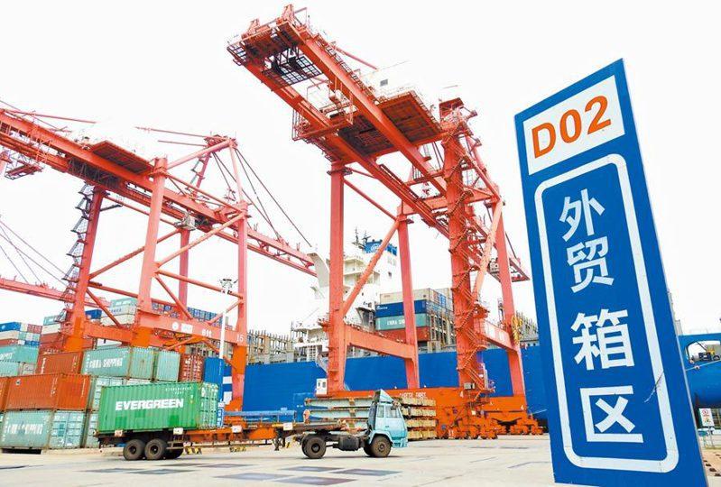 王文濤認為,在高水準走出去方面,要創新對外投資方式。新華社資料照片