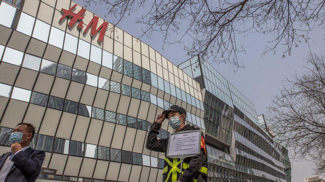 H&M等外國服飾品牌因拒用新疆棉而成了大陸網民抵制的標的。歐新社