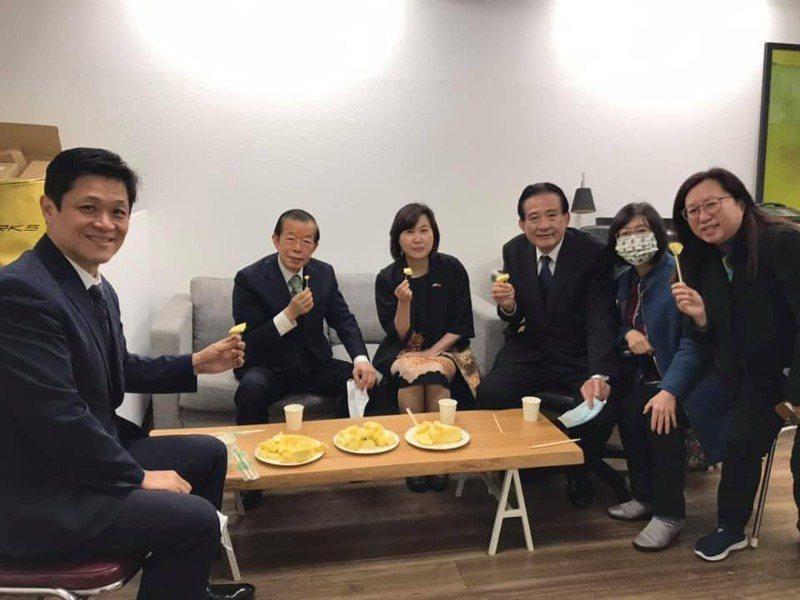 駐日代表謝長廷(左2)在臉書貼出吃台灣鳳梨的照片。圖/取自謝長廷臉書