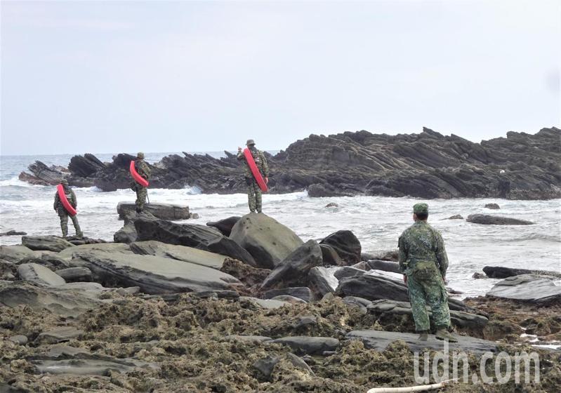 在地民間救難協會人員透過無線電搜尋,今天上午在九鵬海岸收到疑是飛行員身上攜帶的PRC-112(定標器)訊號,軍方獲報後已趕赴現場確認。記者潘欣中/攝影