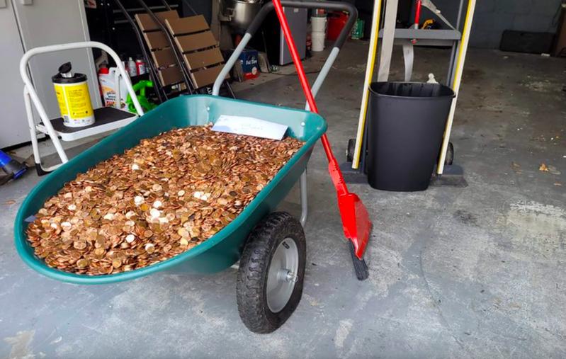 美國喬治亞州一名男子抱怨,在催促完前雇主付清積欠他的915美元工資後,他在家中車道發現約9萬個裹滿油的1美分硬幣(100美分相當於1美元)。美聯社