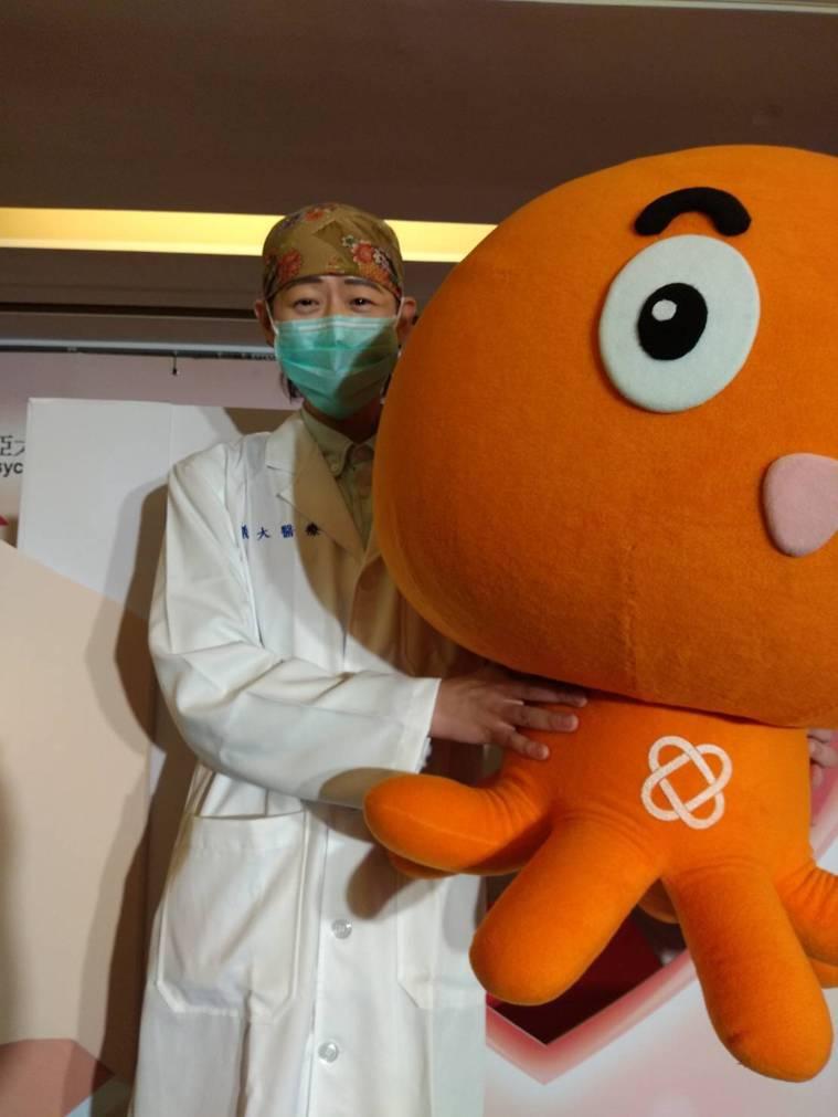 快40歲的李周憲,是義大醫院放射腫瘤科醫師,自己曾為急性骨髓性白血病(AML)兩...