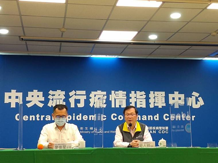 亞東紀念醫院感染管制中心主任廖俊星(左)、指揮中心發言人莊人祥(右)。記者陳碧珠...