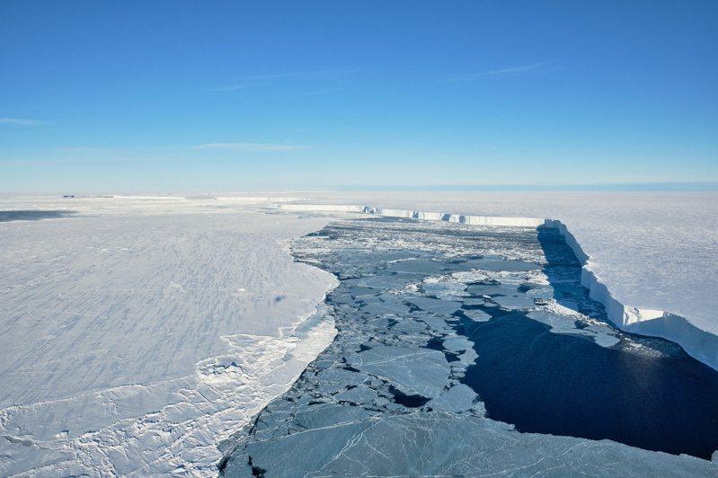 A74冰山崩裂對科學家來說是絕佳機會,能一窺多年來封存在300公尺厚冰層下的神祕海底世界。圖/取自Alfred Wegener Institute