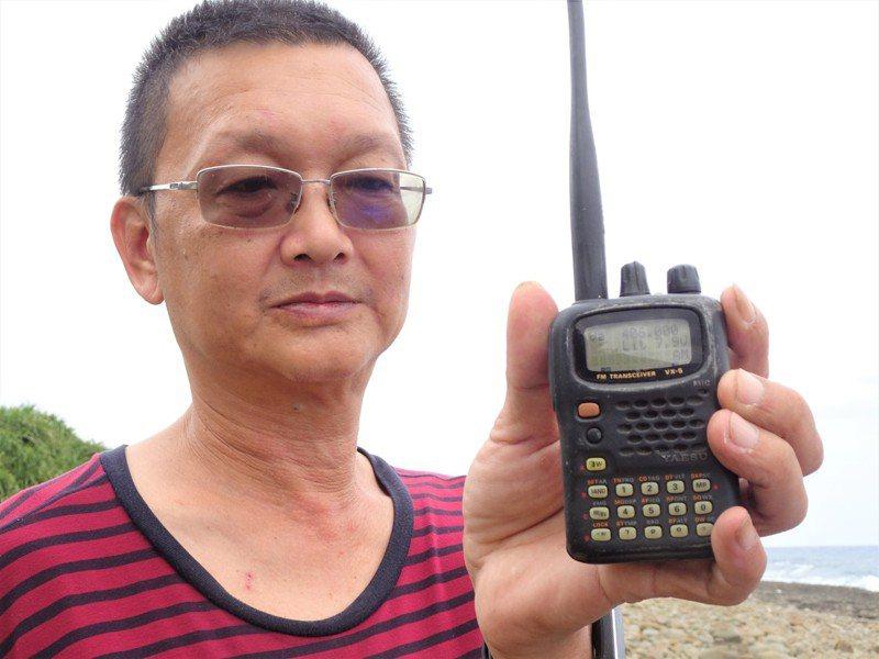 屏東恆春威鯨救難協會成員許耿睿,上午透過無線電搜尋,在滿州鄉九鵬海岸收到疑似飛行員身上攜帶的PRC-112(定標器)微弱訊號。記者潘欣中/攝影