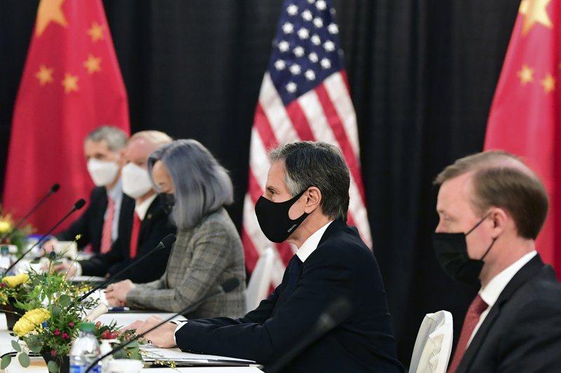 美中阿拉斯加會晤結束後,外界視為可能是新冷戰的開始,但國際上有另外一種看法,認為此刻所需的是新全球強權協調。圖為美中會談美方代表布林肯(右二)、蘇利文(右一)。美聯社