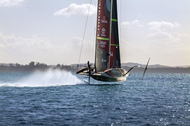 阿聯酋航空紐西蘭隊船員首次於賽況中與充滿未來主義的風格單體帆船「浪花號」(Te ...
