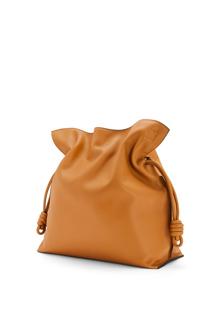 Flamenco大尺寸暖沙色納帕小牛皮手拿肩背包,88,000元。圖/LOEWE...
