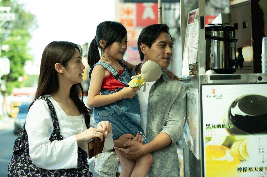 楊丞琳(左)繼由「紅衣小女孩2」之後,再度挑戰恐怖片「靈語」,與鄭人碩(右)有不...