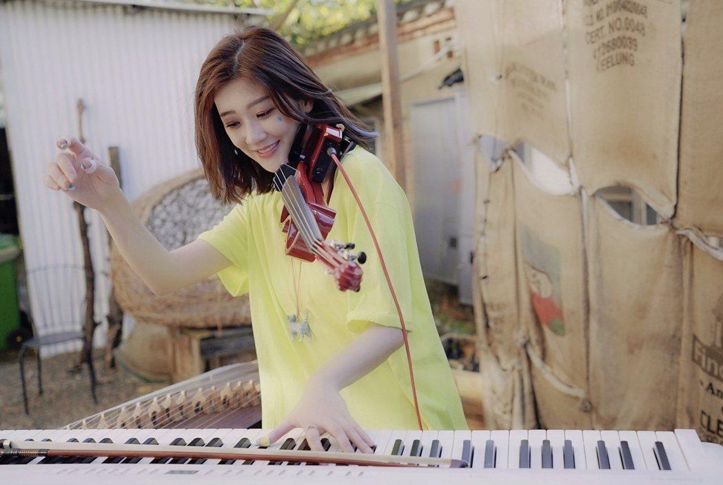 林逸欣再度挑戰女子一人樂坊的功力,成品驚艷網友。圖/旋轉娛樂提供