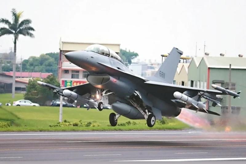 2011年,歐巴馬政府宣布替台灣F-16A/B(圖)進行性能提升,擱置多年、代號為「鳳隼」的F-16C/D軍購案才算結束。圖/聯合報系資料照片
