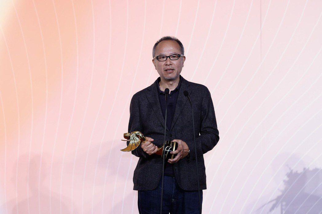 鍾孟宏獲「楊士琪紀念獎」,他在台上感性致謝評審肯定。記者李政龍攝