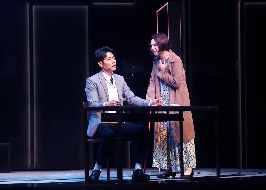 郭靜(右)、蔡旻佑演出舞台劇「生命中最美好的5分鐘」。圖/果陀提供