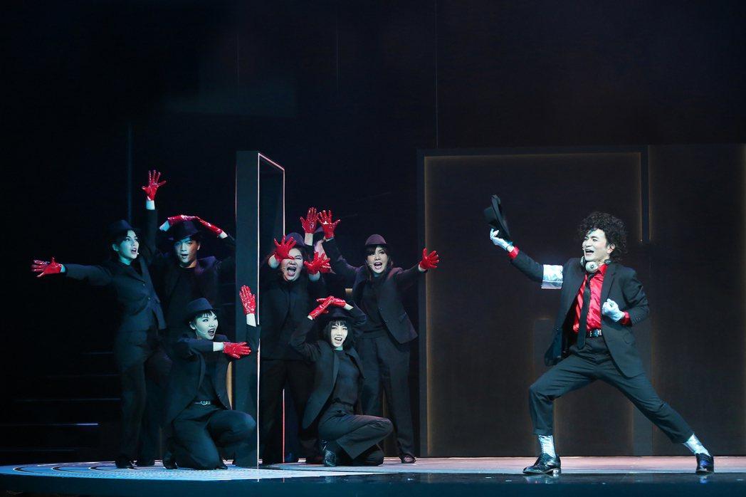 唐從聖在「生命中最美好的5分鐘」飾演熱愛音樂的死神,直排輪、魔術、雜耍、打鼓通通...