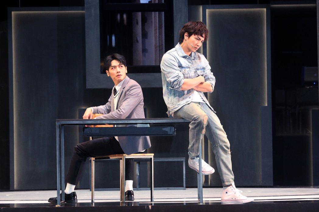 楊奇煜(右)、蔡旻佑演出舞台劇「生命中最美好的5分鐘」。圖/果陀提供